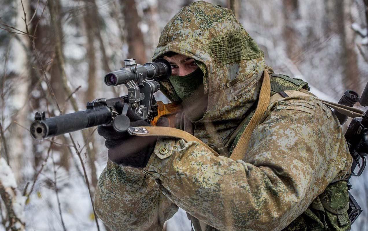 Боец спец подразделения, вооруженный бесшумной ВСС «Винторез»