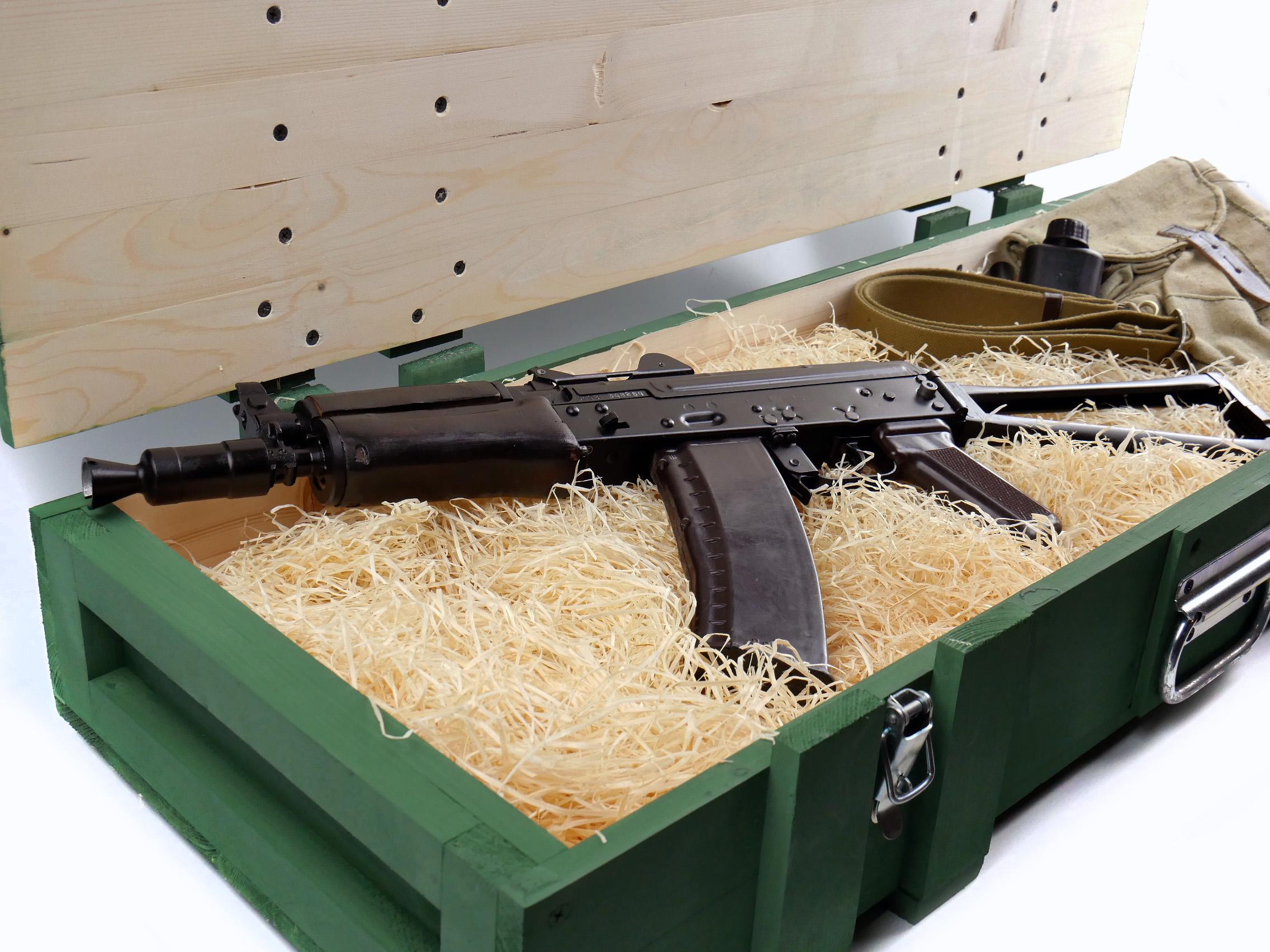 Автомат Калашникова АКС-74У в деревянном армейском ящике